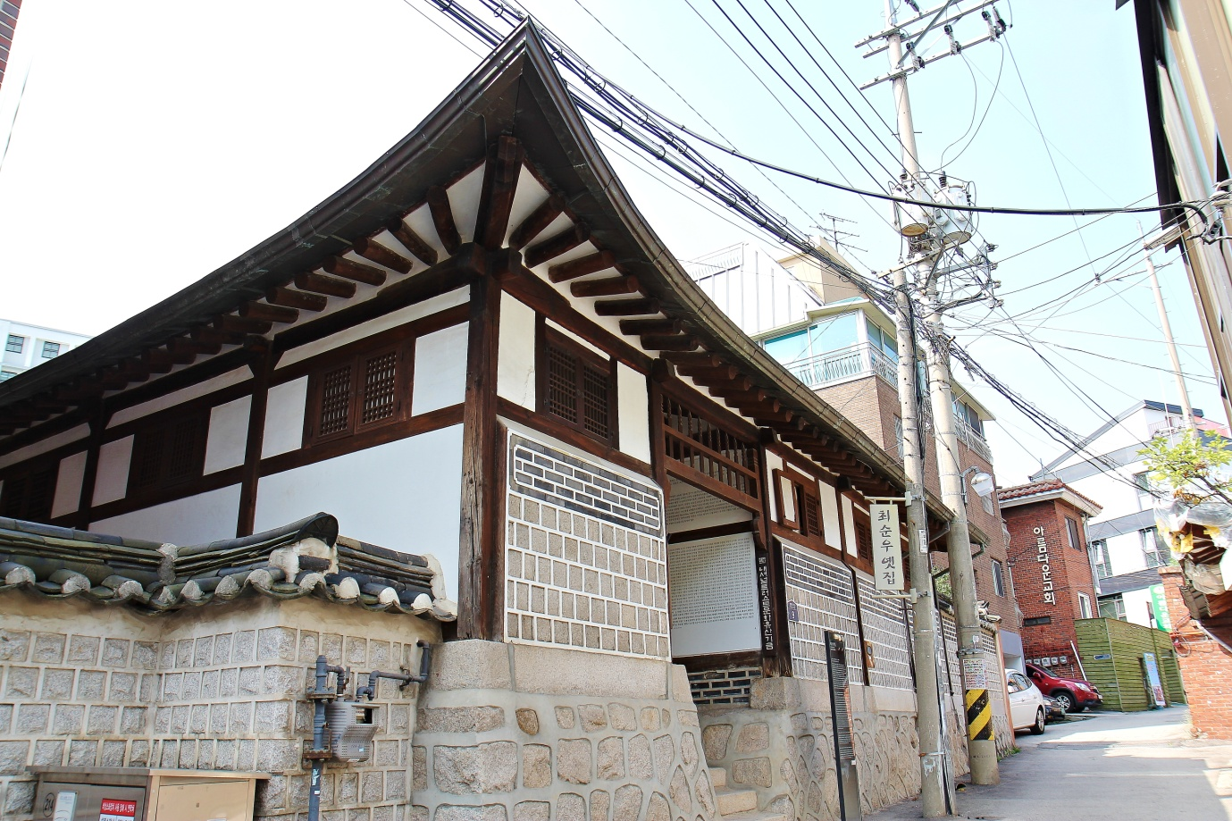 Small alley leading to the front gate of Choi Sunu House